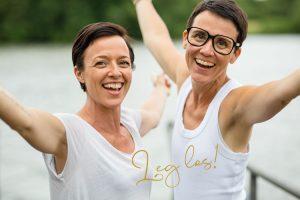 Heidi und Sandra reißen die Arme hoch und rufen Leg los!