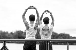 Sandra und Heidi auf einem Steck, strecken die Arme in den Himmel und zeigen ein Herz mit den Händen
