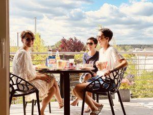 Karina, Sandra und Heidi lachend am Frühstückstisch