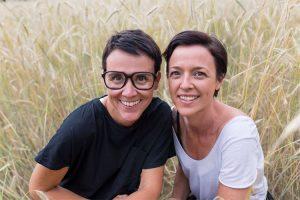 Sandra und Heidi hockend im Gras