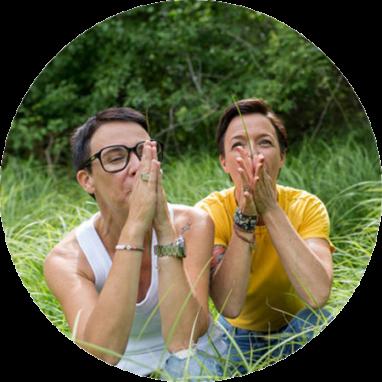 Sandra und Heide pfeifen mit einem Grashalm